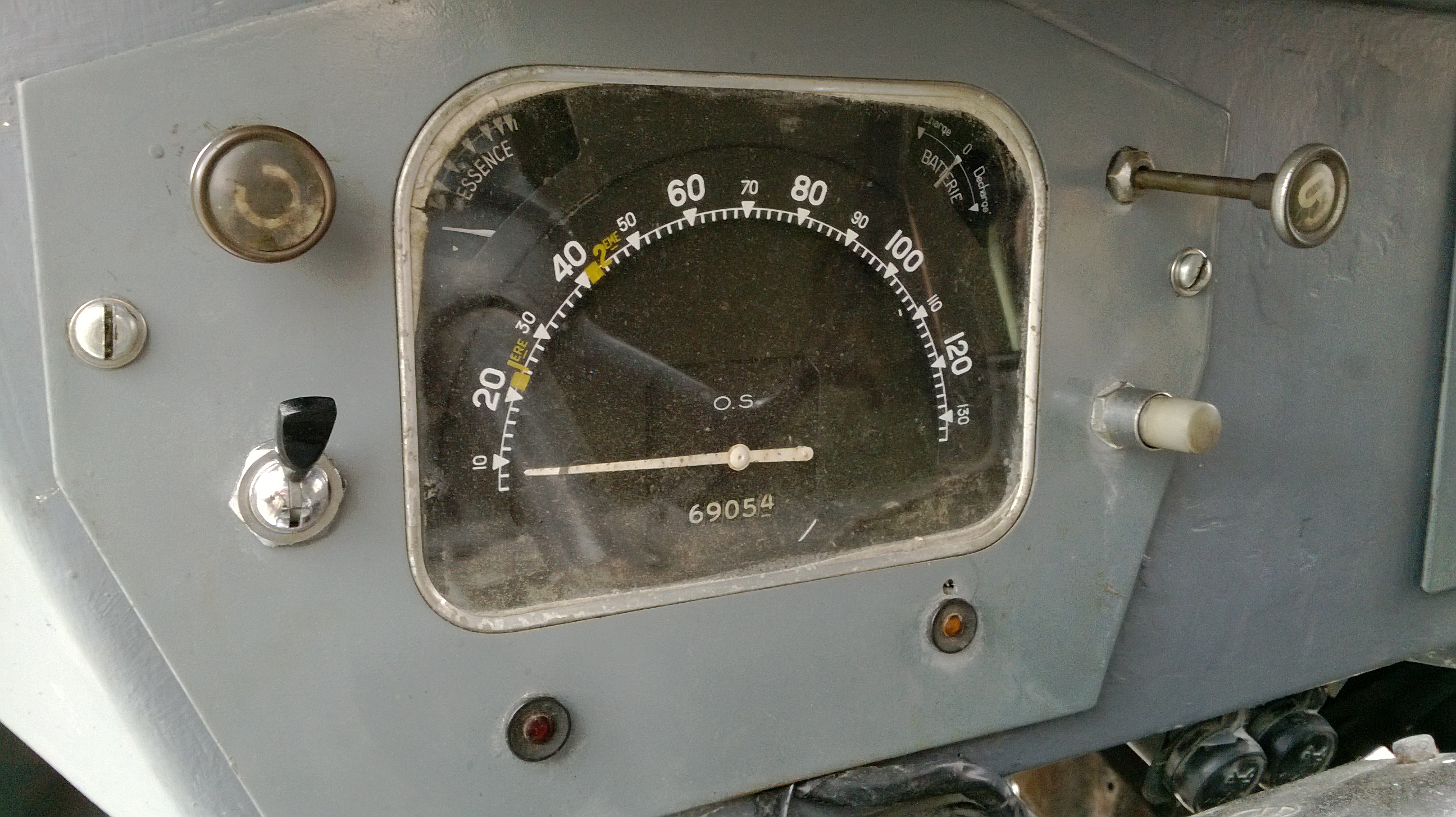This photo below is of the speedo from a early 1960's H 1,911cc, 'medium'  ratio gearbox, van shows the 'Red marker' maximum speeds for each Gear :